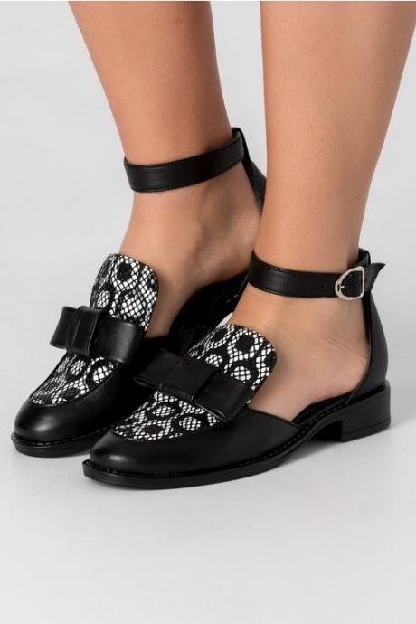 Pantofi negru cu alb decupati pe lateral cu fundita in fata