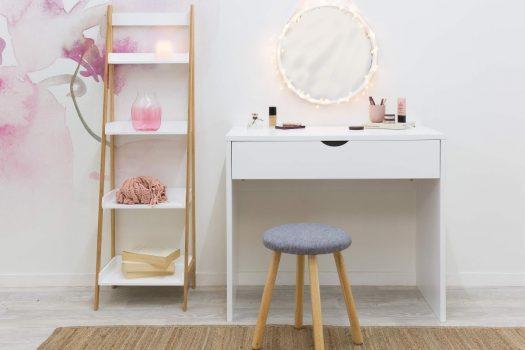Orice femeie isi doreste un set format din masa de toaleta cu oglinda si scaun