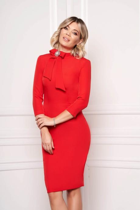 Rochie StarShinerS rosie eleganta office midi din stofa elastica accesorizata cu brosa la gat